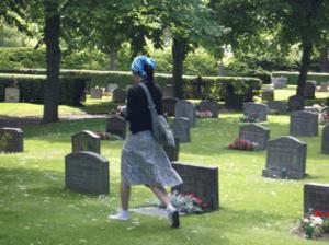 ja på kyrkogård.jpg