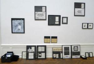 konstnärshus vägg m tavlor.jpg